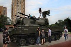 Touristen betrachten militärische Ausrüstung nahe dem Einkaufszentrum 'Shchelkovo ' stockfotografie
