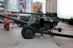 Touristen betrachten militärische Ausrüstung nahe dem Einkaufszentrum 'Shchelkovo ' stockfotos