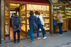 Touristen betrachten Schmuck in den Geschäftsfenstern auf der goldenen Brücke, Florenz stockfoto