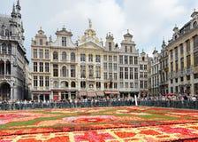Touristen bewundern den Blumen-Teppich in Brüssel Lizenzfreie Stockfotos