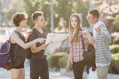 Touristen bitten um Weise von den Einheimischen lizenzfreies stockbild