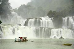 Touristen am Boot nah an Ban Gioc Waterfall, Vietnam Stockfotos