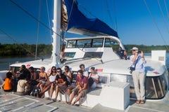 Touristen an Bord des modernen Katamarans in Französisch-Guayana lizenzfreie stockfotos
