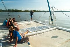 Touristen an Bord des modernen Katamarans in Französisch-Guayana lizenzfreie stockfotografie