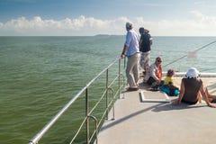Touristen an Bord des modernen Katamarans in Französisch-Guayana lizenzfreies stockfoto