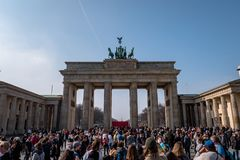 Touristen an Brandenburger Tor stockbild