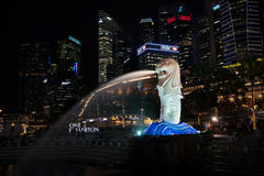 Touristen am Brunnen des Merlion in Singapur Stockfotografie