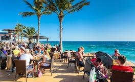 Touristen in Café-La Ola, Puerto Del Carmen Stockfotos