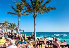Touristen in Café-La Ola, Puerto Del Carmen Stockfoto