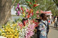 Touristen in den Blumen Lizenzfreie Stockbilder