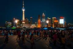 Touristen in den Promenaden- und Pudong-Skylinen in der Unterseite stockfotografie