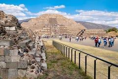 Touristen an den Pyramiden in Teotihuacan, Mexiko Lizenzfreies Stockfoto