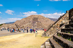 Touristen an den Pyramiden in Teotihuacan, Mexiko Lizenzfreie Stockbilder