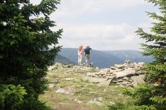 Touristen in den riesigen Bergen Stockfotos