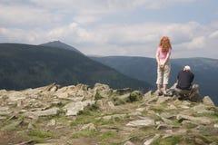 Touristen in den riesigen Bergen Stockbild
