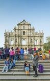 Touristen an den Ruinen von St- Paulmarkstein in Macao-Porzellan Lizenzfreie Stockfotos