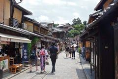 Touristen in den Stein-gepflasterten Straßen von Ninenzaka und von Sannenzaka in Kyoto lizenzfreie stockfotografie