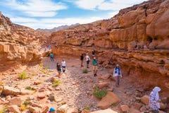 Touristen in der bunten Schlucht, Sinai-Wüste, Ägypten Lizenzfreie Stockbilder