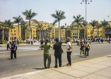 Touristen in der historischen Mitte von Lima in Peru Stockfotos