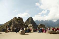 Touristen in der Inkastadt Machu-Picchu Stockfotos