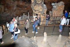 Touristen in der Kalksteinhöhle in Postojna Lizenzfreies Stockfoto