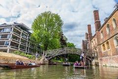 Touristen an der mathematischen Brücke Cambridge, England, 21. vom Mai 2017 Stockfotografie