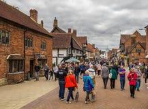 Touristen in der Mitte der Stadt, Stratford nach Avon, William Shakespeare-` s Stadt, West Midlands, England stockfotografie