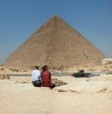 Touristen an der Pyramide von Khufu. Giza in Ägypten Lizenzfreies Stockbild