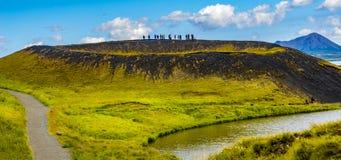 Touristen an der Spitze der Pseudokrater alias vulkanisch nahe Skutustadir und See Myvatn auf Island, Sommerzeit stockbild