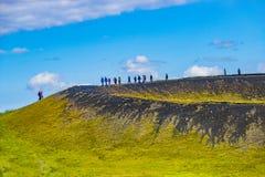 Touristen an der Spitze der Pseudokrater alias vulkanisch nahe Skutustadir und See Myvatn auf Island, Sommerzeit lizenzfreies stockbild