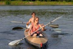 Touristen, die über dem Fluss kayaking sind stockfotografie
