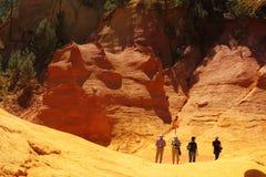 Touristen, die über ockerhaltige Felsen, Franzosen Roussillon gehen Lizenzfreie Stockfotografie
