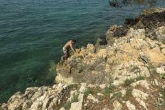Touristen, die in adriatischem Meer schwimmen Lizenzfreies Stockfoto
