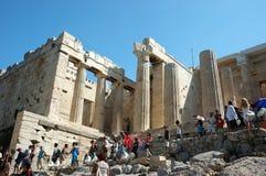 Touristen, die Akropolis - Parthenontempel besichtigen Stockfoto