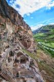 Touristen, die alte Höhlenstadt Vardzia an einem Frühlingstag im Mai besichtigen Vardzia ist eins der Hauptanziehungskraft in Geo Lizenzfreie Stockbilder