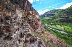 Touristen, die alte Höhlenstadt Vardzia an einem Frühlingstag im Mai besichtigen Vardzia ist eins der Hauptanziehungskraft in Geo Lizenzfreies Stockfoto