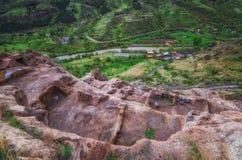 Touristen, die alte Höhlenstadt Vardzia an einem Frühlingstag im Mai besichtigen Vardzia ist eins der Hauptanziehungskraft in Geo Stockfoto