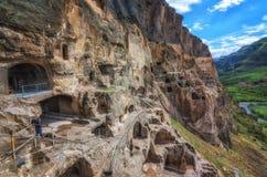 Touristen, die alte Höhlenstadt Vardzia an einem Frühlingstag im Mai besichtigen Vardzia ist eins der Hauptanziehungskraft in Geo Stockfotos
