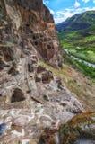 Touristen, die alte Höhlenstadt Vardzia an einem Frühlingstag im Mai besichtigen Vardzia ist eins der Hauptanziehungskraft in Geo Lizenzfreie Stockfotografie