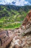 Touristen, die alte Höhlenstadt Vardzia an einem Frühlingstag im Mai besichtigen Vardzia ist eins der Hauptanziehungskraft in Geo Lizenzfreies Stockbild