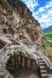 Touristen, die alte Höhlenstadt Vardzia an einem Frühlingstag im Mai besichtigen Vardzia ist eins der Hauptanziehungskraft in Geo Stockbilder