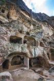 Touristen, die alte Höhlenstadt Vardzia an einem Frühlingstag im Mai besichtigen Vardzia ist eins der Hauptanziehungskraft in Geo Stockfotografie