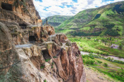 Touristen, die alte Höhlenstadt Vardzia an einem Frühlingstag im Mai besichtigen Vardzia ist eins der Hauptanziehungskraft in Geo Stockbild
