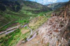 Touristen, die alte Höhlenstadt Vardzia an einem Frühlingstag im Mai besichtigen Vardzia ist eins der Hauptanziehungskraft in Geo Lizenzfreie Stockfotos