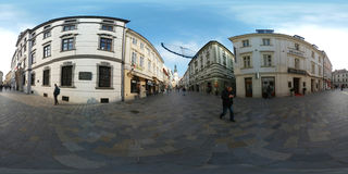 Touristen, die in alte Stadt zur Tageszeit gehen Lizenzfreie Stockfotos