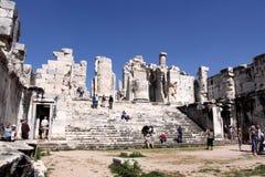 Touristen, die Apollo-Tempel in Didim besuchen Lizenzfreie Stockfotos
