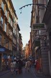 Touristen, die auf die alten Kopfsteinstraßen im Markt in Gamla Stan, die alte Stadt von Stockholm in Schweden gehen Stockfotografie