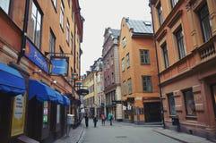 Touristen, die auf die alten Kopfsteinstraßen im Markt in Gamla Stan, die alte Stadt von Stockholm in Schweden gehen Lizenzfreies Stockbild