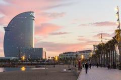 Touristen, die auf Barcelona-Promenade gehen lizenzfreies stockbild