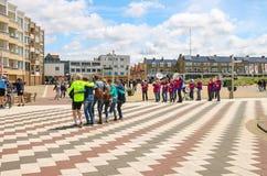 Touristen, die auf dem Quadrat in Zandvoort, die Niederlande dansing sind Stockbild